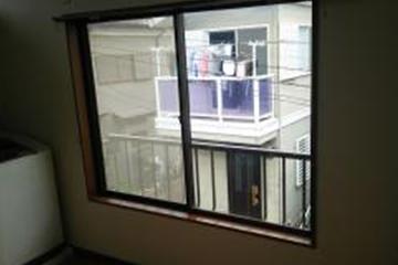 画像:洋間のガラスにフイルムを貼ります。