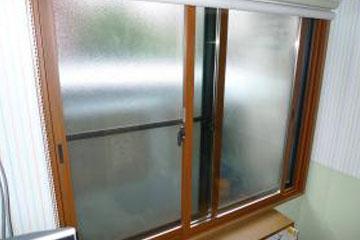 画像:インプラスサッシを入れ、ガラス面にフイルムを貼ります